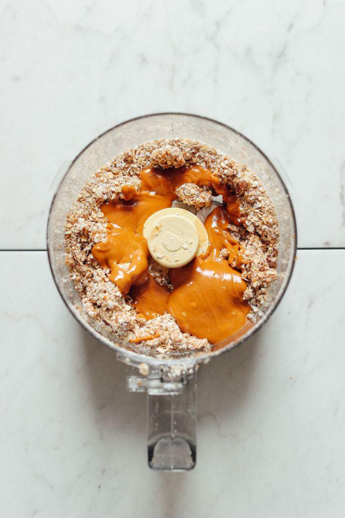 focons d avoine dattes et beurre de cacahuète idée que faire avec des flocons d avoine cookies fait maison sans cuisson