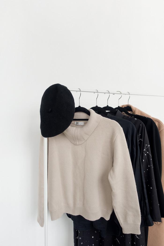 garde robe capsule qui contient une blouse beige tricoté un beret et quelques robes