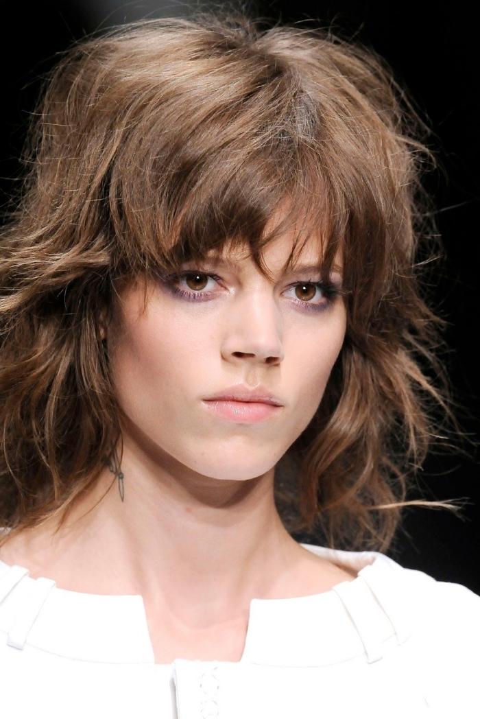 guide tendances cheveux femme 2021 coupe au mulet moderne dégradé subtile frange couches