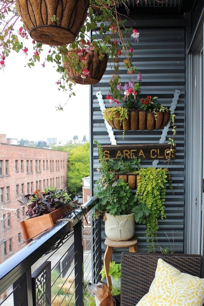 idée comment faire un mur fleuri pot fleurs plantes vertes chaise tressée coussin décoratif jardinière