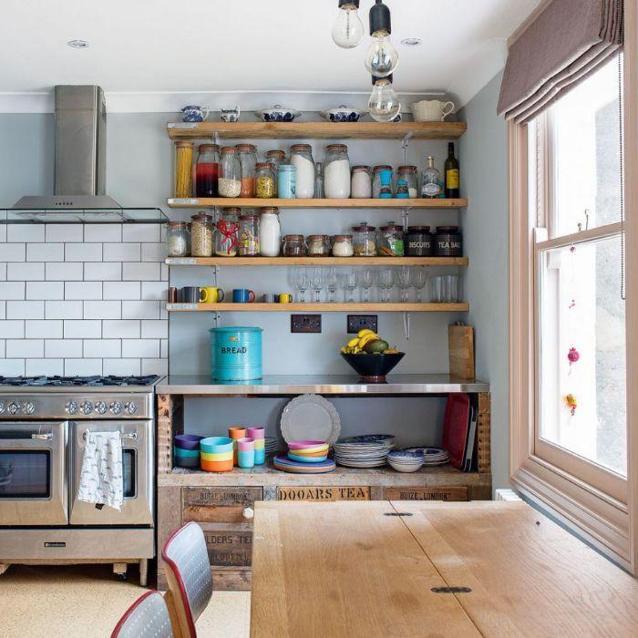 idée de cuisine rustique campagnarde étagères bois meuble cuisine bois four inox table et chaises salle à manger bois