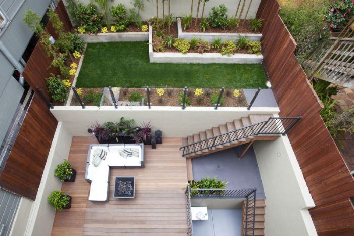 idée terrasse bois avec plantes et jardinieres et coin detente exerieur avec cheminée et canapé