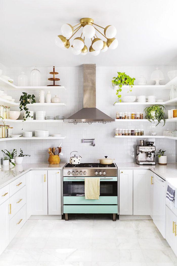 idée d aménagement d une cuisine 10 m2 avec des placards ouverts et un four couleur menthe