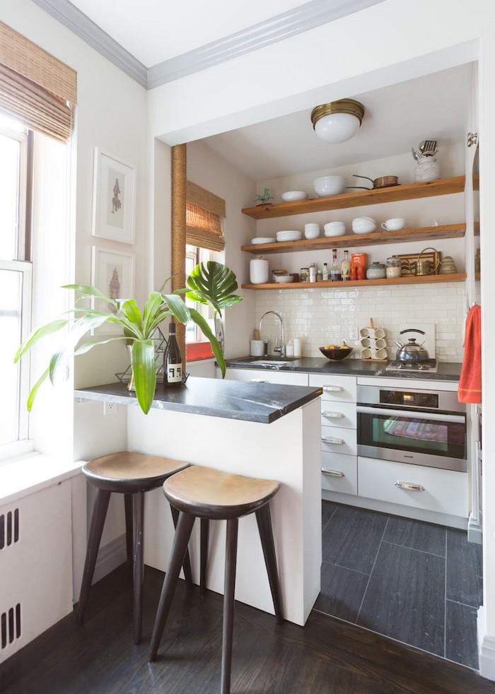 idée d aménagement petite cuisine avec un comptoir et deux chaises des ustensils rangées sur des etageres au mur