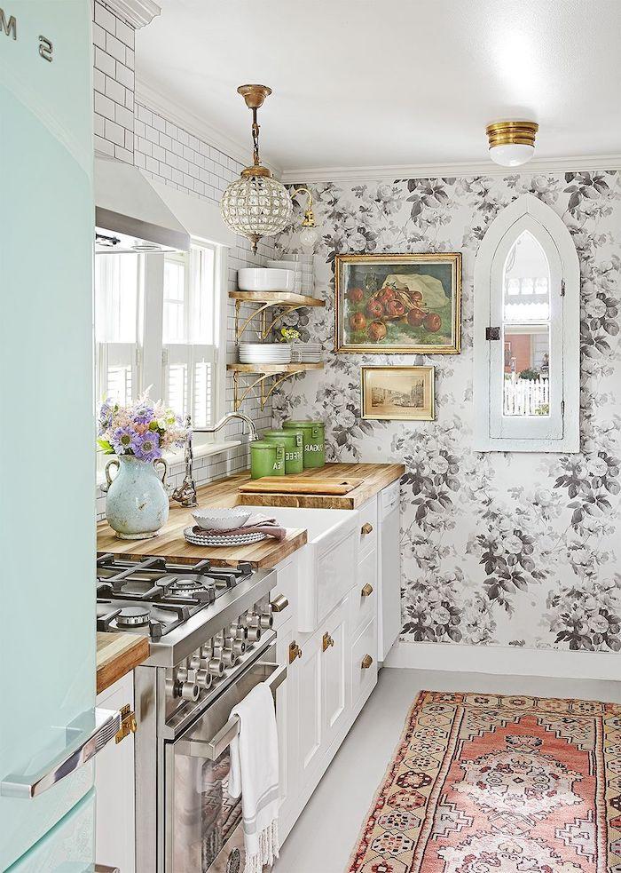 idée rangement petite cuisine avec un mur a papier peint motifs floraux et un tapis perse au sol