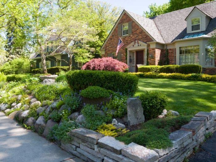 idee amenagement jardin facile devant maison pelouse gazon vert rocaile fleurie et multitude de buis