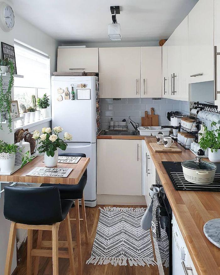 idee comment amenager petite cuisine germee en l avec carrelage bleu ciel plan de travail et parquet bois vaisselle meuble facade blancs
