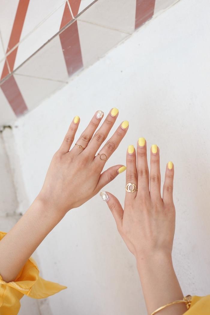 idee couleur ongle manucure ongles courts vernis jaune pastel nail art sur un seul doigt tendance printemps
