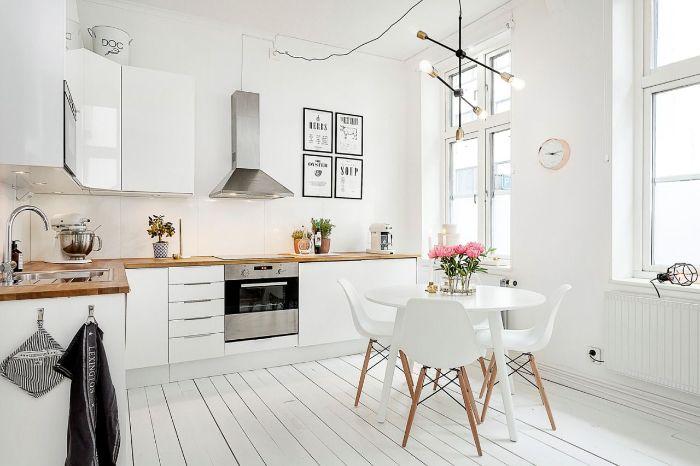idee deco appartement haussmannien avec cuisine couleur blanche parquet blanchi pour ambiance scandinave table et chaises scandinaves