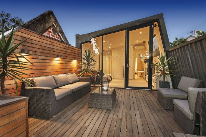 idee deco exterieur terrasse de bois avec salon de jardin résine tressée deco terrasse de toit elegante