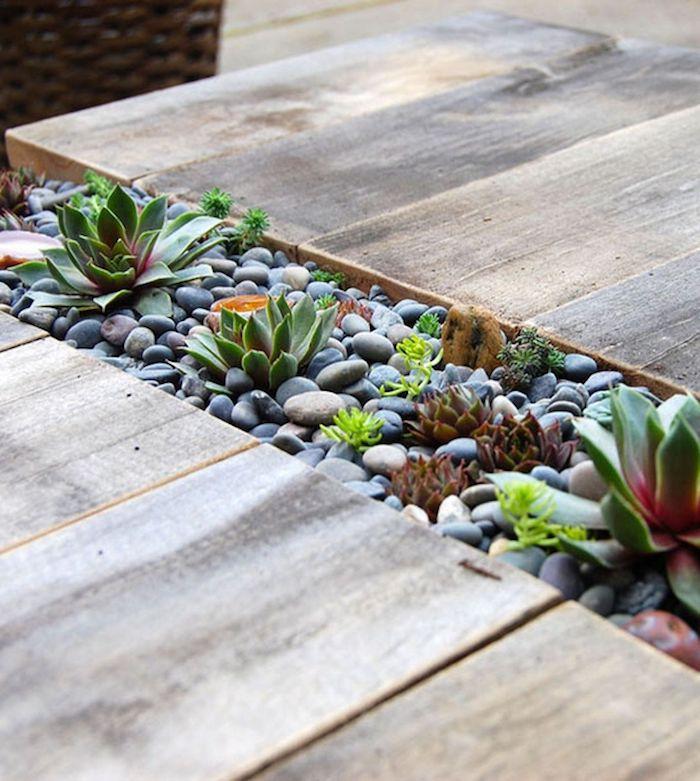 idee deco jardin gravier avec des galets et succulent entre deux surfaces en bois
