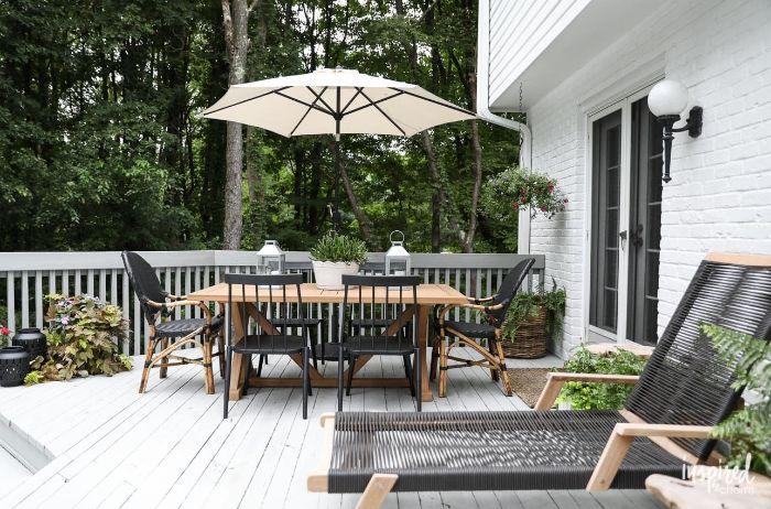 idee terrasse exterieur devaant maison aux planches bois blanchi table et chaises bois chaise longue plantes vertes d exterieur