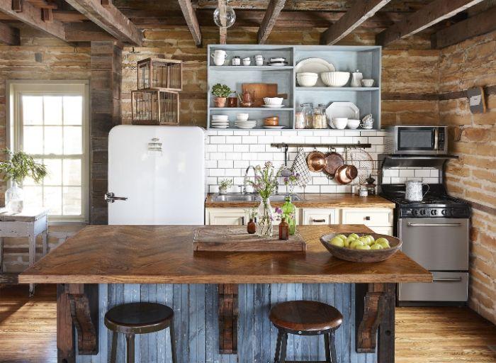 ilot central bois murs de briques meuble cuisine bois avec carrelage credence blanc parquet bois clair vaisselle blanche et laiton