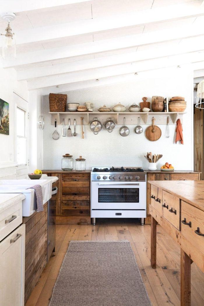 ilot central et meuble bas cuisine bois avec vasque blanche parquet bois clair exemple credence mosaique étagère ouverte parquet bois