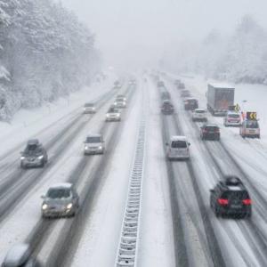 Comment équiper sa voiture avant de partir en montagne en hiver ?