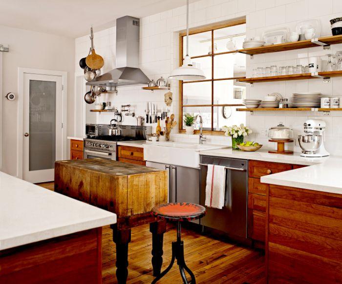 intérieur style campagne avec mobilier bois et parquet bois brut étagères ouvetes surchargées de vaisselle et encadrements bois plan de travail blanc.jfif