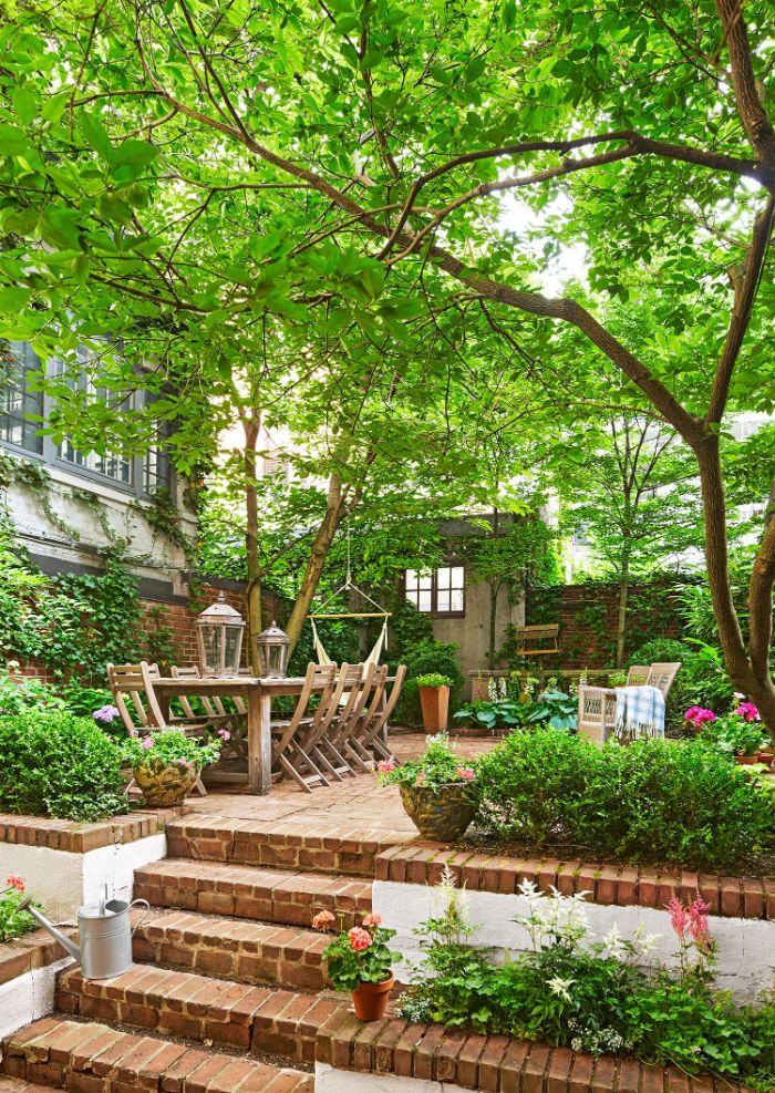 jardinage et aménagement paysager exemple de terrasse avec mobilier de jardin bois brut végétation florissante bordures de jardin plantes exterieures en pot