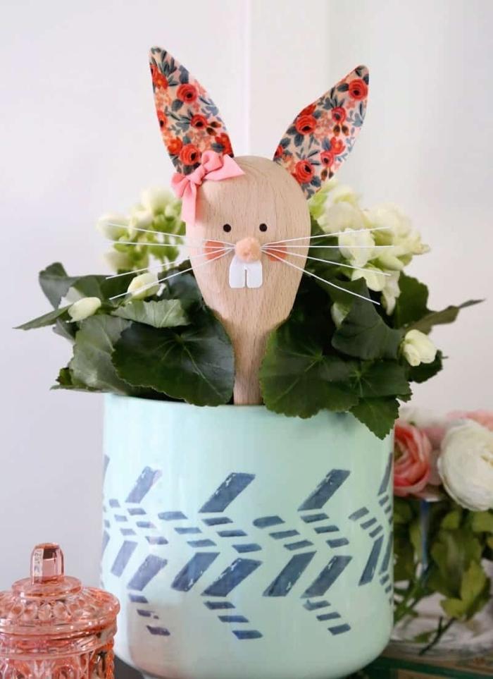 lapin de paques bricolage cuillère en bois personnalisé avec mini pompons dessin yeux lapin