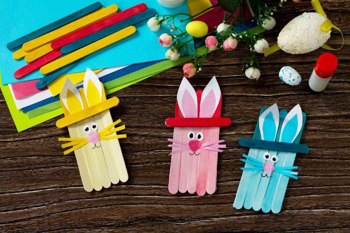 lapin de paques deco en batonnets de glace et motifs papier activité manuelle paques maternelle simple et créative
