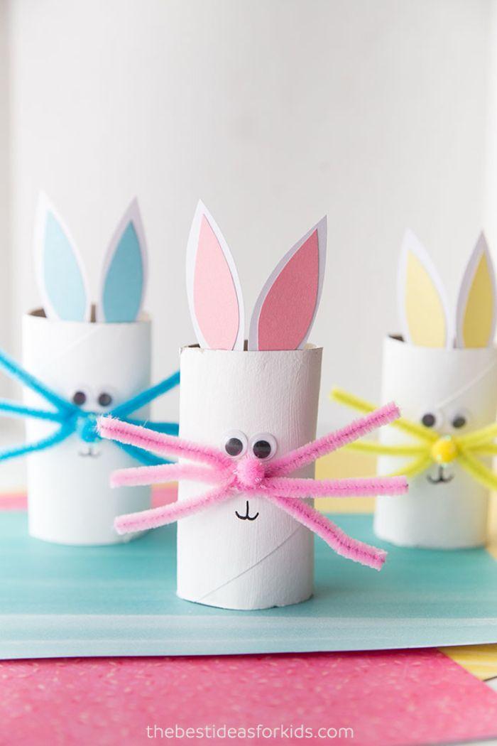 lapin de paques fabriqué dans rouleau de papier toilette cure pipe et nez pompon rouges oreilles papier bricolage de paques maternelle