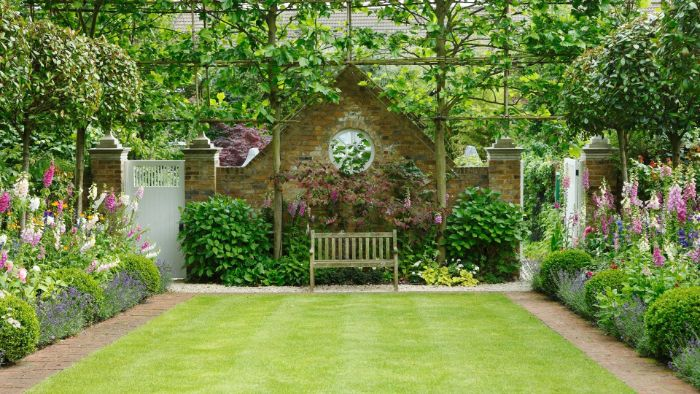 les astuces pour amenager un petit jardin de 20 m2 avec des parterres de fleurs gazon banc dans la cour d une maison de campagne