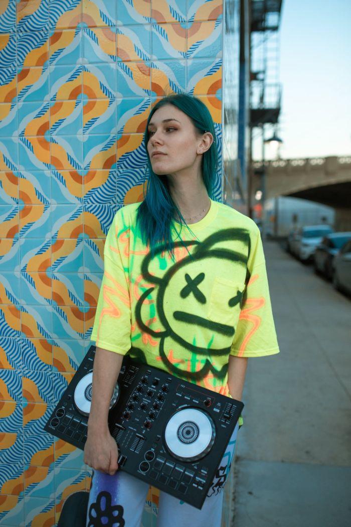 look année 80 look streetwear femme héritage d une époque de révolte tee shirt jaune jean évasé