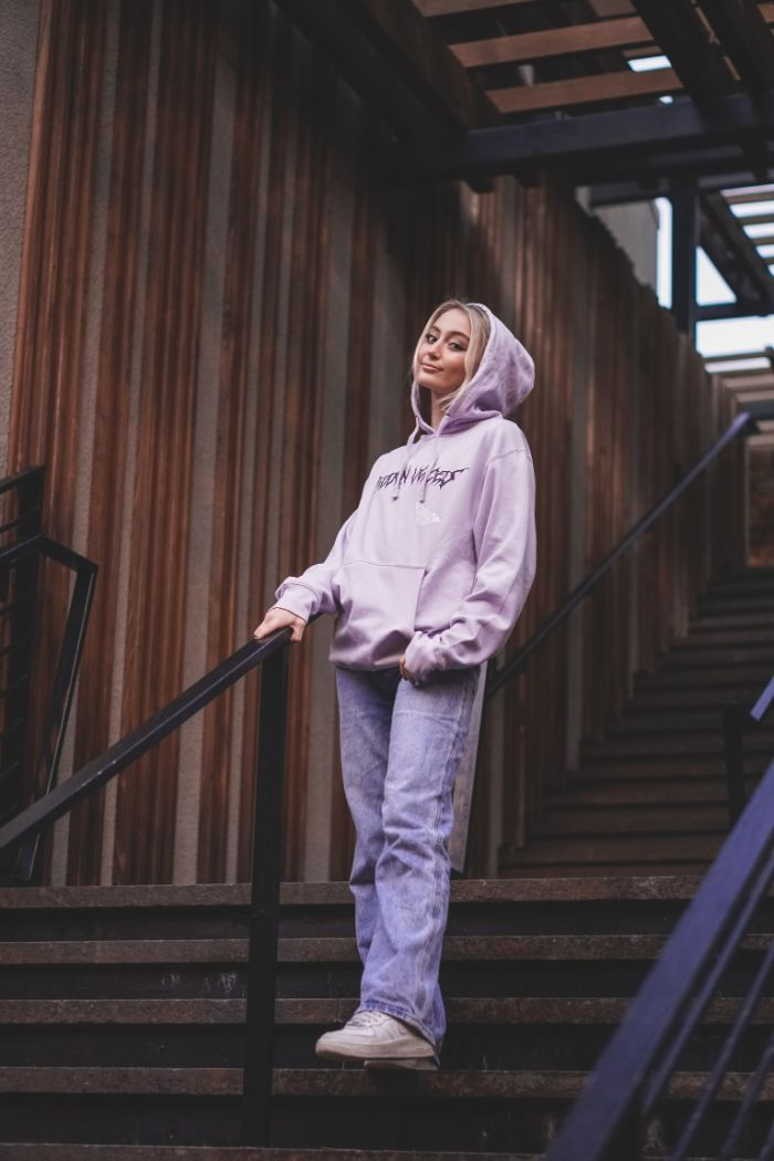 look streetwear femme avec sweat à capuche idée de tenue swag fille avec jean mom.jfif