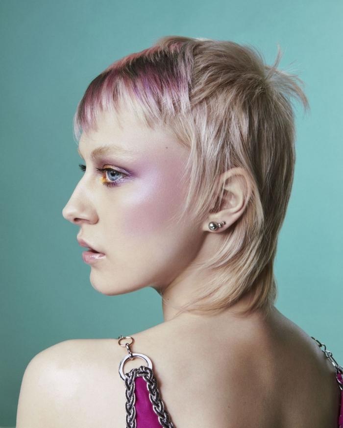 mèches colorées coiffure tendance cheveux blonds coupe courte dégradé cheveux fins texture