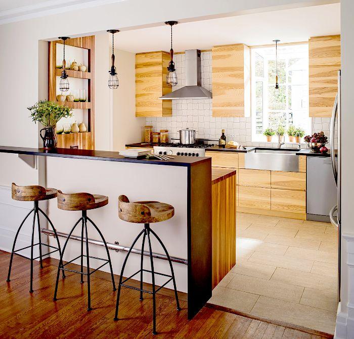 maison de campagne cuisine avec ilot central placards hauts et meubles bas bois carrelage sol pierre suspensions industrielles.jfif