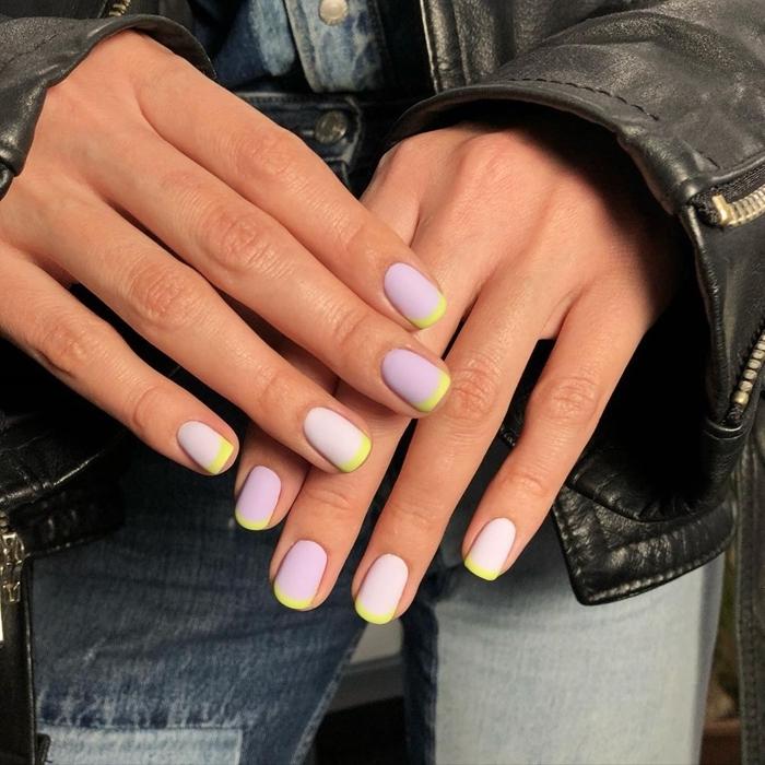 manucure francaise version colorée vernis de base violet lavande lignes jaunes ongle couleur pastel