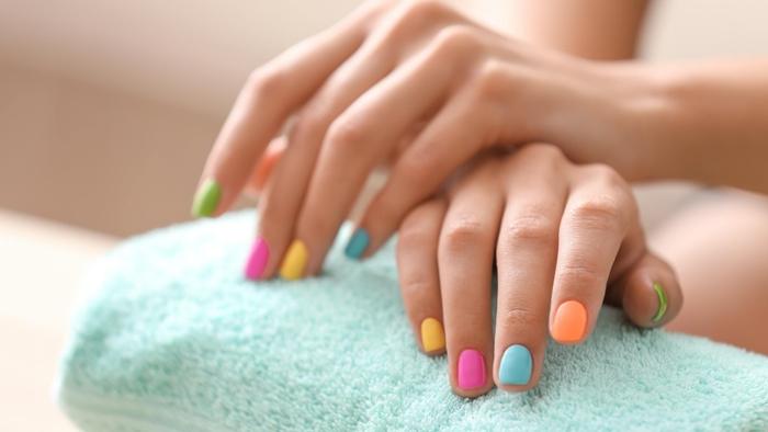manucure ongles plusieurs couleurs tendances nail art printemps vernis pastel soins beaute mains