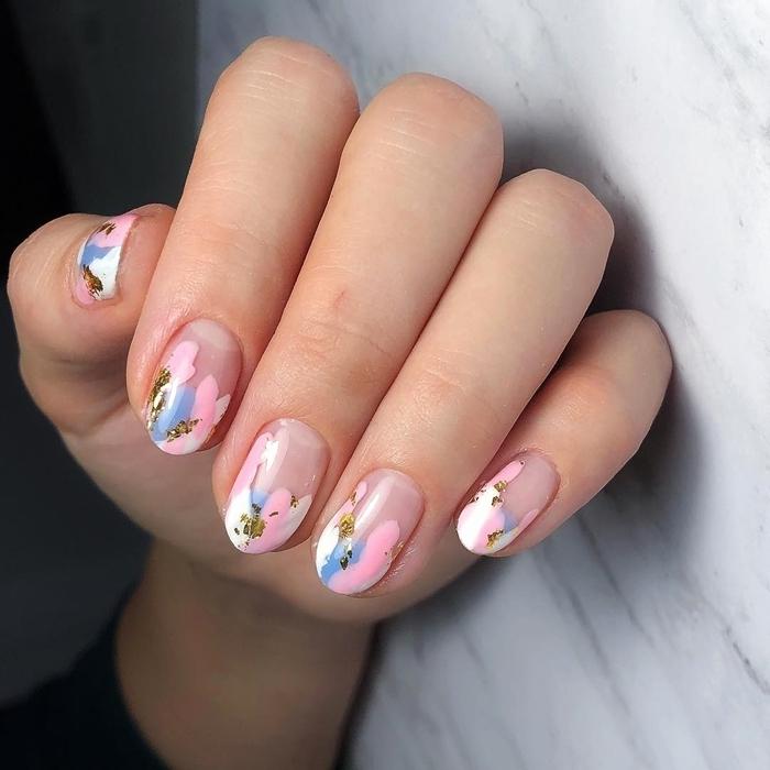 manucure originale motif tie and dye couleurs vernis pastel ongles de printemps 2021 déco vernis brillant doré