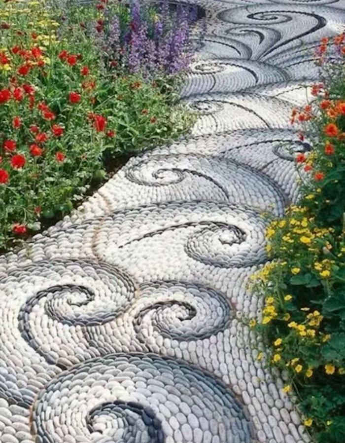 massif de fleurs avec des pierres en spirale qui forme une alle