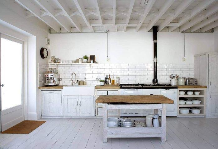 meuble bas cuisine vintage peinte de patine blanche carrelage credence blanche ilot central bois plan de travail bois brut