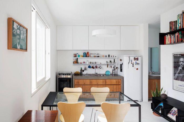 meuble cuisine bas en bois et granite meuble haut blanc frigo et meuble haut blanc aménagement cuisine ouverte moderne