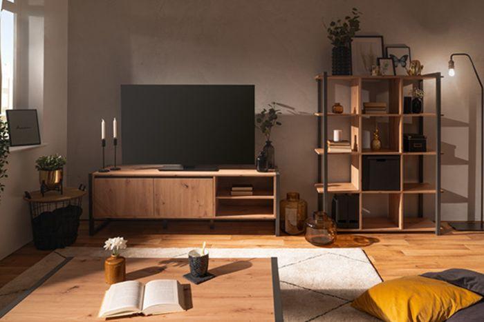 meuble tv bois et métal design dans un salon industriel avec étagère et table industrielles