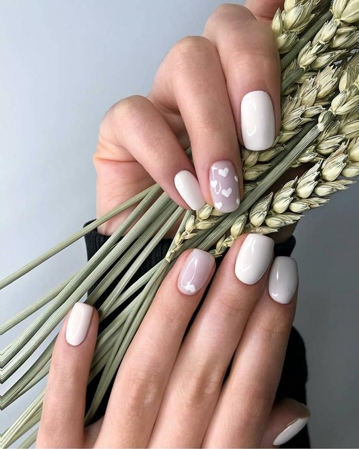 modèle d ongle couleur de base nude décoration ongle un seul doigt couleur nude dessin coeurs blancs