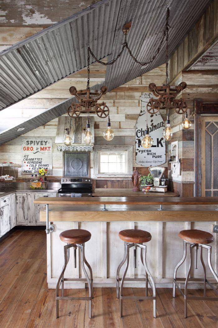 modèle de cuisine rustique chic avec meubles bar bois tabourets bar parquet bois clair murs de bois suspensions metal