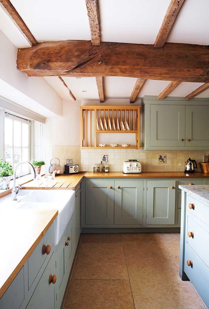 modèle de cuisine style campagne anglaise avec credence carrelage meubles cuisine gris clair plans de travail bois et poutre apparente bois