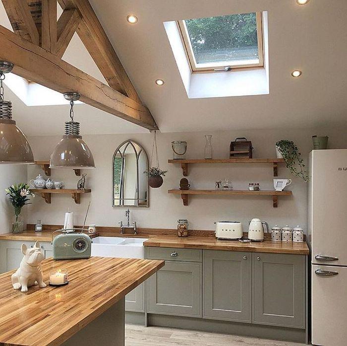 modele cuisine campagne en bois avec étagères ouvertes plants de travail bois frigo blanc amenagement sous pente