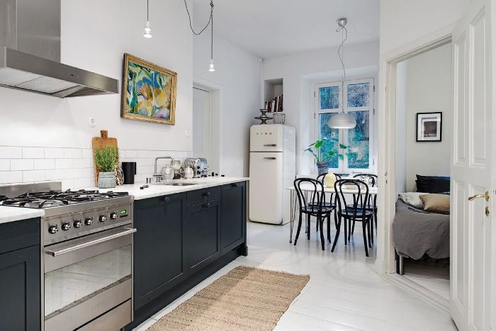 modele de cuisine ouverte sur séjour meuble cuisine bas noir carrelage blanc electroménager inox table blanche chaises noires lit chambre à coucher