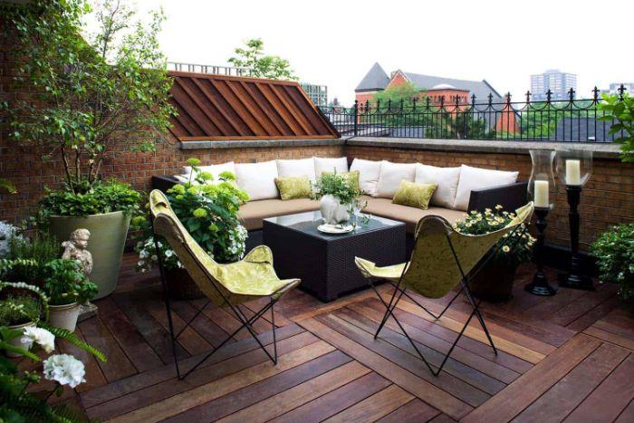 modele de terrasse de toit avec canapé d angle et table tressée chaise pliantes pantes et fleurs en pot