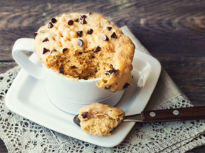 mug cake maison au beurre de cacahuète et pépites de chocolat fait au microonde dessert rapide a faire soi meme