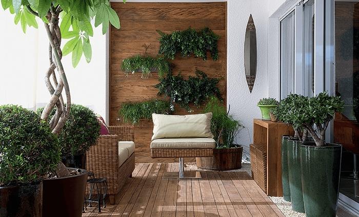 mur de plantes revetement mural panneaux bois salon extérieur rotin plantes vertes pots gros vert foncé