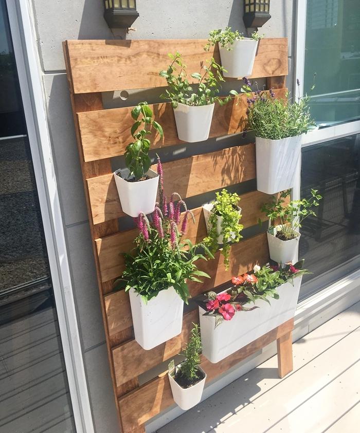 mur végétal palette construction facile planches bois accroches pots blancs plantes fleuries design balcon