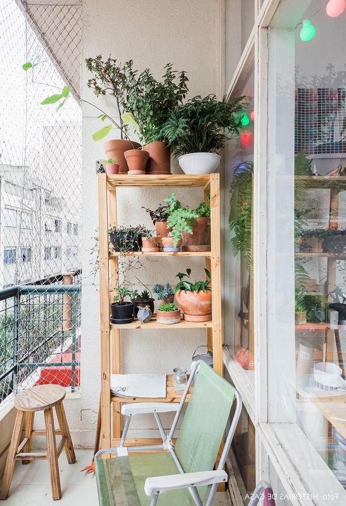 mur vegetal balcon décoration meuble rangement bois pots de fleur terre cuite chaise pliante