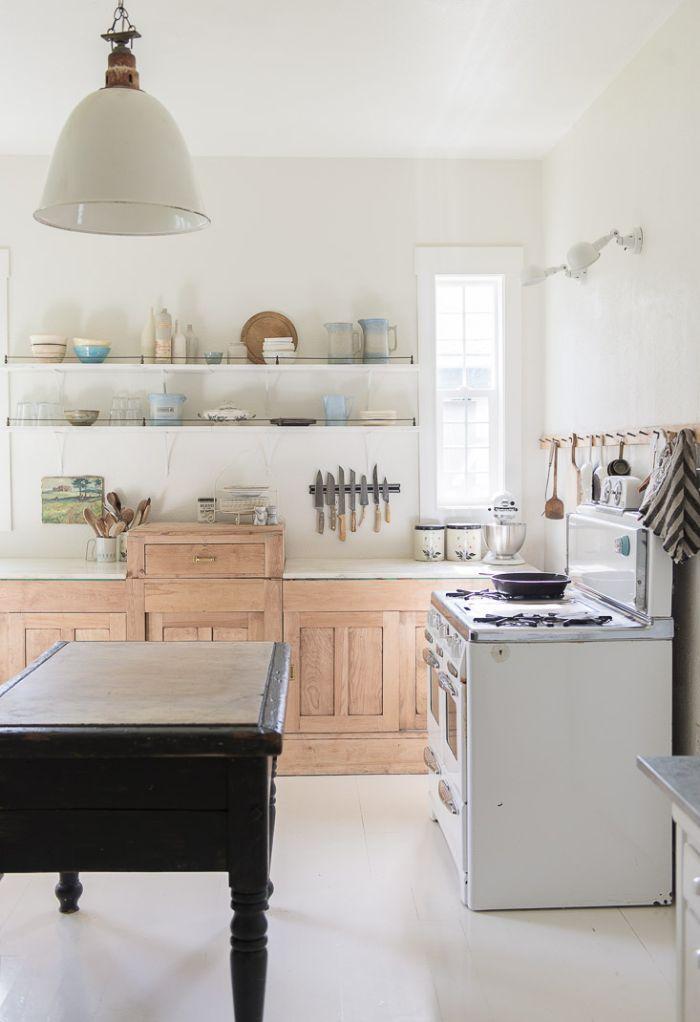 murs blancs meuble bas cuisine bois clair étagères blanches ouvertes suspension style ferme vaisselle vintage