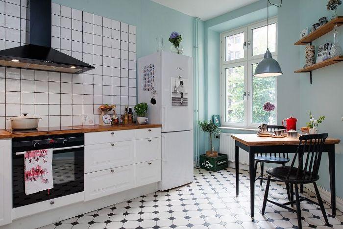 murs couleur bleu pastel table et chaises bois vintage cuisine blanche carrelage blanc sol revetement vintage deco petite cuisine originale