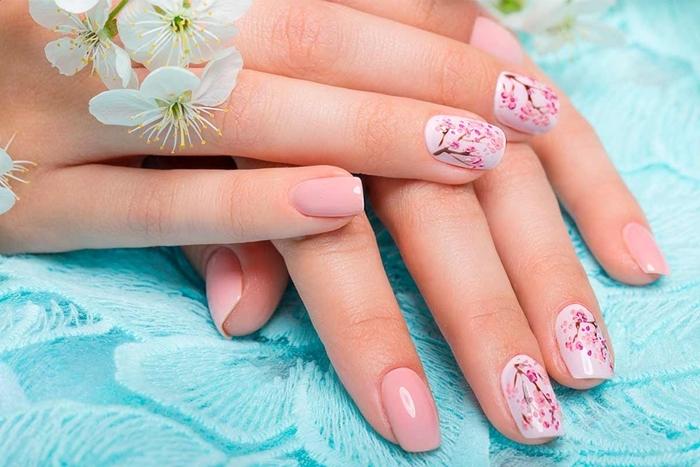 nail art 2021 couleur de base nude nuances rose pâle tendance manucure soins ongles fleurs