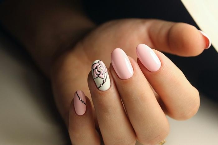 nail art dessin motifs floraux dessin rose sur base blanche idee couleur ongle rose pastel dessin vernis noir